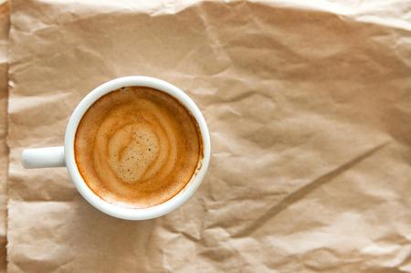 reciclable: Delicioso desayuno taza de café expreso fuerte aroma en un papel marrón reciclable, copie el espacio, tonificación caliente Foto de archivo