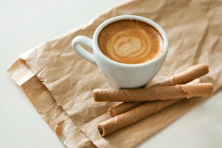 reciclable: Delicioso desayuno taza de caf� espresso fuertes tubos aroma y la oblea de chocolate en un papel marr�n reciclable. Copia espacio Foto de archivo