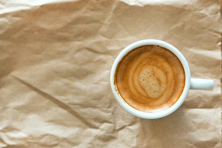 reciclable: Delicioso desayuno taza de caf� expreso fuerte aroma en un papel marr�n reciclable, copia espacio