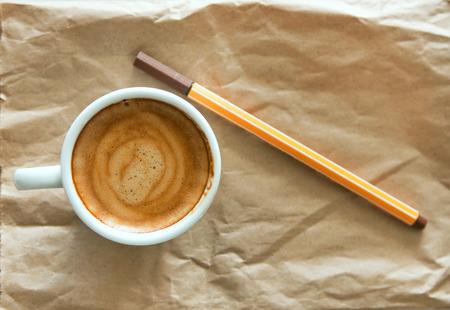reciclable: Delicioso desayuno taza de café expreso fuerte aroma con lápiz de tinta marrón en un papel marrón reciclable, copie el espacio, la tonificación de la vendimia