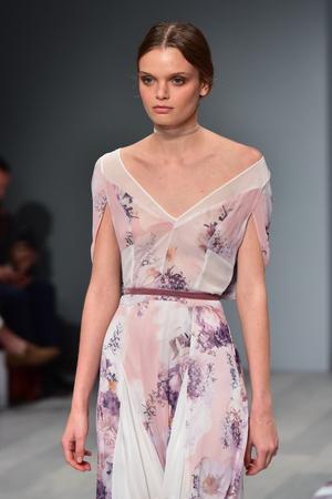 snění: SYDNEY  AUSTRÁLIE - 18. května: Modrá procházka dráhou během módní přehlídky We Are Kindred Mercedes Benz Fashion Week Austrálie 18. května 2016 v Carriageworks v Sydney