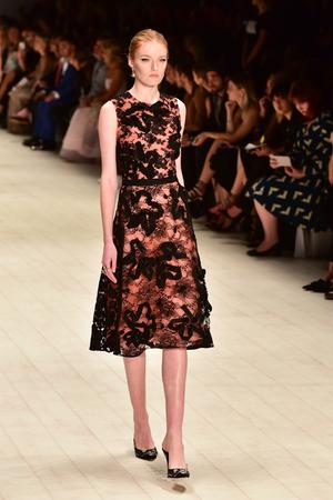 SYDNEY  AUSTRALIA - 20 May: Model walks on runway during Oscar de la Renta collection fashion show at Mercedes Benz Fashion Week Australia on 20 May 2016 in Carriageworks Sydney 新聞圖片