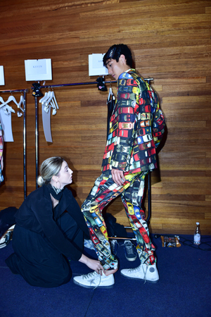 SYDNEY  AUSTRALIA - 20 mayo: Un modelo se prepara entre bastidores en la Casa de cañón fashiob espectáculo en el Mercedes Benz Fashion Week Australia el 20 de mayo de 2016 Carriageworks Sydney