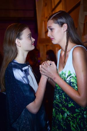 SYDNEY  AUSTRALIA - 20 de mayo: Un par de modelos se preparan en el backstage de House of Cannon fashiob show en Mercedes Benz Fashion Week Australia el 20 de mayo de 2016 en Carriageworks Sydney