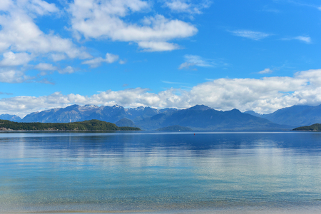 Blue clean waters of Manapouri lake with the view of Fiorland mountains in New Zealand 版權商用圖片
