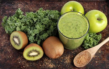 Groene smoothie gemaakt met boerenkool, kiwi, groene appels en gemalen lijnzaad Stockfoto - 28800618