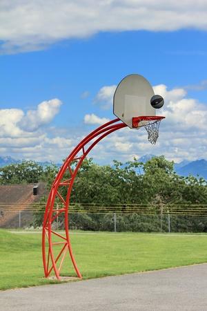 basketbalring en lucht en gras groen