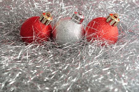 Rot und Silber Christbaumkugeln in Silber Lametta