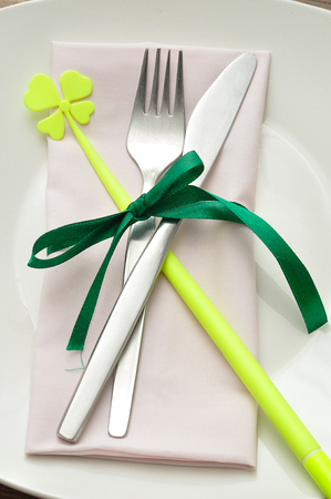 festivities: A simple table setting for St Patricks day festivities Stock Photo