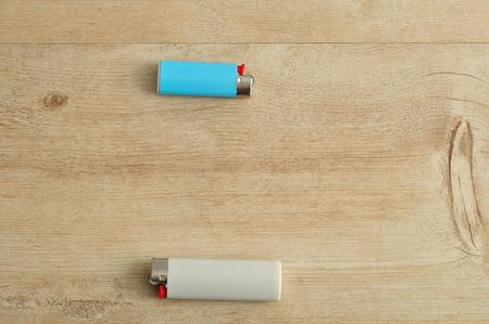 encendedores: Encendedores aislados en un fondo de madera