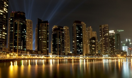 Stad scape 's nachts. Panoramisch scene, Dubai.