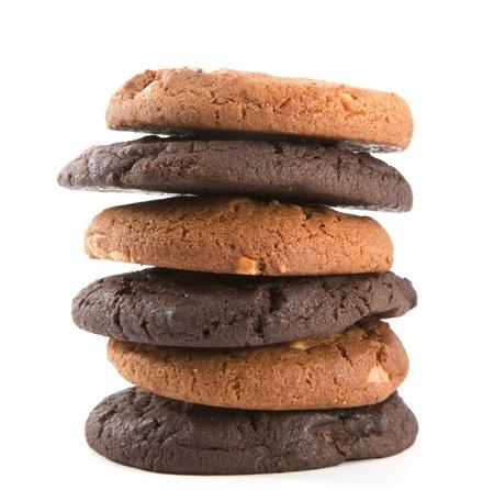 galletas: Pila de galletas de chocolate aisladas sobre el fondo blanco