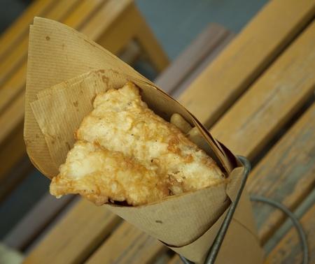 fish and chips: Pescado y patatas fritas. Merienda tradicional británico en la mesa