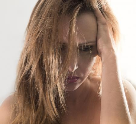 mujer llorando: Retrato emocional de la mujer joven con la depresión con un chorro de maquillaje