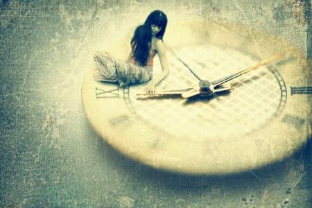 reloj antiguo: Mujer joven que quiere detener el tiempo. La imagen del viejo estilo Foto de archivo