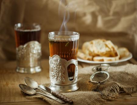 Glas thee op houten tafel in de Sovjet-stijl glazen houder Stockfoto