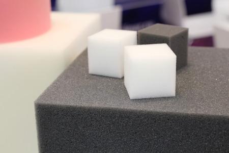 Bunter Moosgummi für Möbelfabriken. Polyurethanschaum von weicher Form.