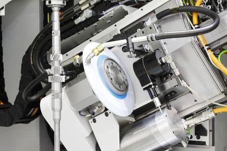 Machine de traitement des métaux. Fraiseuse CNC pour le travail des métaux. Coupe de métal. Industrie métallurgique. Outil de coupe pour le traitement de l'arbre métallique en acier sur un tour dans un atelier. Usine. Métallurgie.