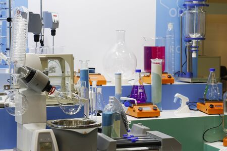 Chemical laboratory in which experiments are carried out. Flasks and test tubes stand on devices for chemical synthesis. 版權商用圖片