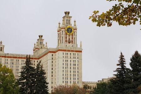 Moskauer Staatliche Universität MV Lomonosov, das Hauptgebäude. Religiöses Gebäude und Attraktionen in Moskau, Russland. Herbst.