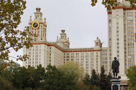 Moskauer Staatliche Universität MV Lomonosov, das Hauptgebäude. Religiöses Gebäude und Attraktionen in Moskau, Russland. Herbst. Standard-Bild