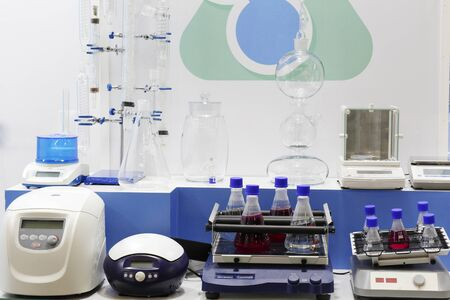 Chemical laboratory in which experiments are carried out. Flasks and test tubes stand on devices for chemical synthesis. 写真素材