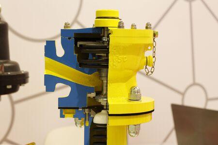 Válvula de corte. Válvula - válvulas de cierre y control. La producción de oleoductos. Fábrica, fabricación. Foto de archivo