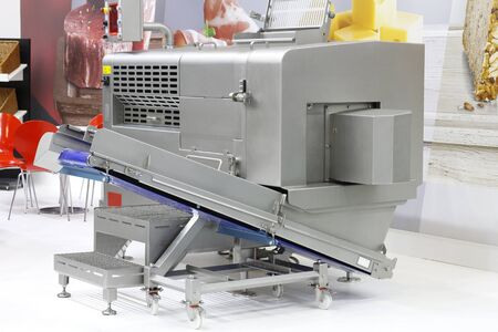 Machines for cutting products into cubes and straws. Cutting and processing of meat and other products. Designing machines for the food industry. Banque d'images - 135715247