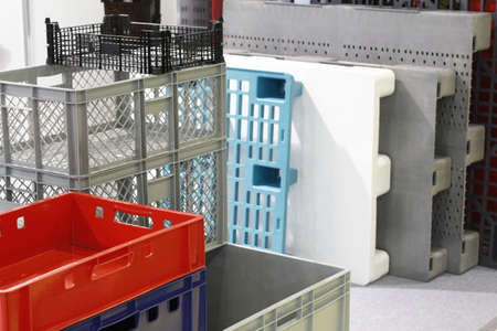 Large plastic boxes. Industrial size plastic containers. Large plastic boxes in the warehouse. Foto de archivo