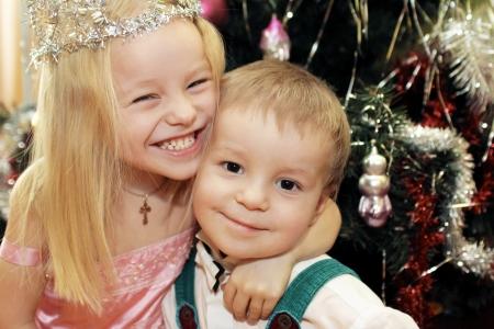 christmas crown: Los ni�os poco hermano y hermana recibi� el A�o Nuevo y la Navidad