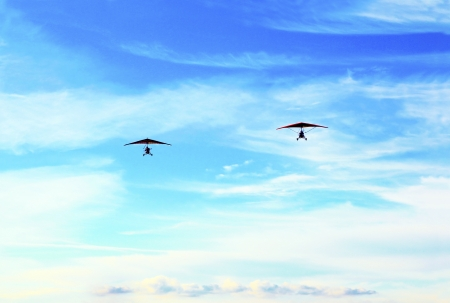 diluted: Two hang-glider flew through the sky with the help of people across the sky in the summer