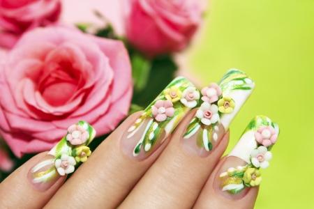 long nail: Disegno nail art con le rose acrilici su la french manicure su sfondo verde con le rose