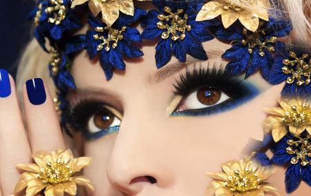 ojos marrones: Maquillaje azul para ojos marrones con el accesorio de la flor
