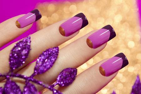 frans: Two-tone French manicure roze en paarse kleuren voor prachtige, met decoratieve blad