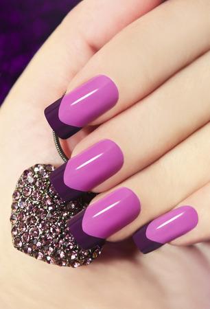 vertical: Dos tonos de manicura francesa de color rosa y p�rpura con decoraci�n en forma de coraz�n