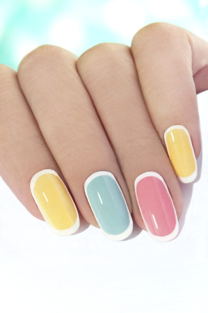 manicura: Manicura en un óvalo con forma uñas en tonos de color pastel Foto de archivo
