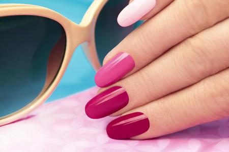 Manicure rosa coberto diferente no tom unha polonês unhas em forma oval