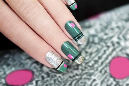 Franse groene manicure met strepen en roze stippen grafische achtergrond.