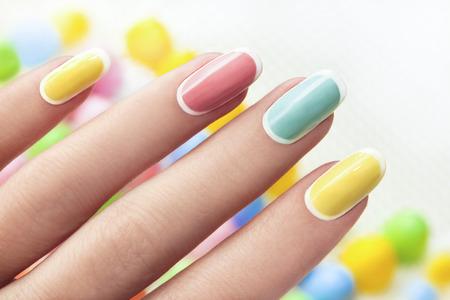 colores pastel: Manicura en las uñas una forma ovalada en tonos color pastel Foto de archivo