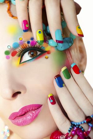manicura: Manicura francesa colorida y maquillaje de la niña con diamantes de imitación.