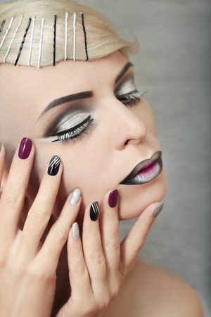 barrettes: Makeup and manicure with grey shades and striped nail design.