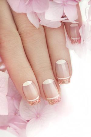 French manicure met glitter binnen en witte nagellak op de top.