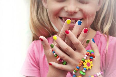 Manicura multicolor de los niños con los ornamentos en una mano. Foto de archivo - 44586490