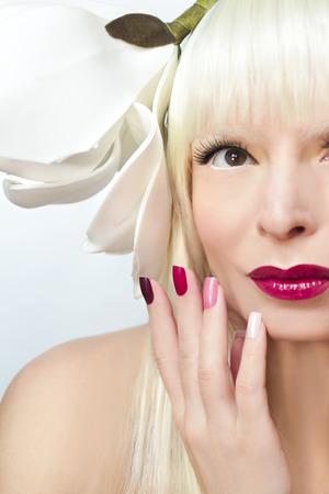 porn: Макияж и цветные темно-бордовый маникюр на девушки, блондинка с цветком на голове.