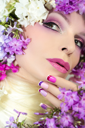 acryle: The French pink lilac manicure and makeup with phloxes on the girl. Stock Photo