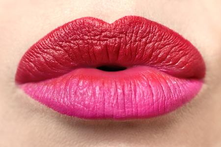 Mehrfarbiger trendiger Lippenstift mit rosa und roter Lippenstiftnahaufnahme. Standard-Bild