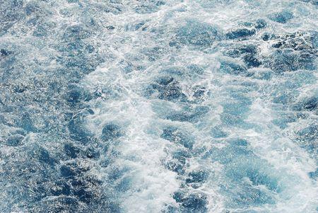 wzburzone morze: fale i piana z nieobrobionego morza