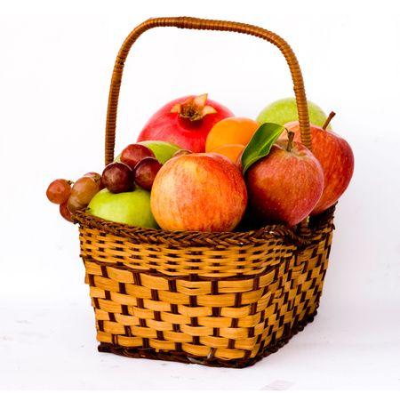fruit basket: Cesta de la compra con frutas