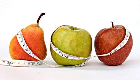 cintas metricas: Una pera y las manzanas con cinta m�trica aisladas sobre fondo blanco
