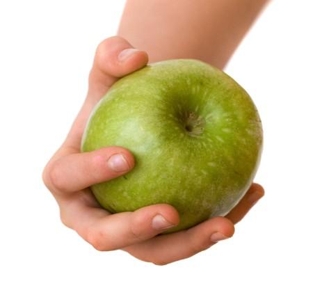 finer: Hand holding green apple